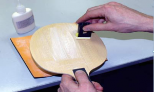 Brush the glue for the rubber of the table tennis bat